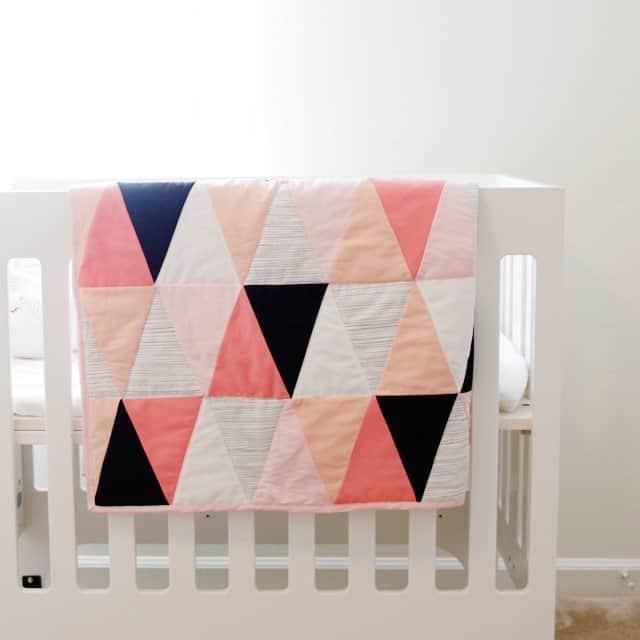 modern ombre + b/w triangle quilt tutorial + pattern | how to make a triangle quilt | handmade quilt | free quilt tutorial | baby quilt tutorial | baby quilt patterns || see kate sew #babyquilt #sewingtutorial #diyquilt #seekatesew