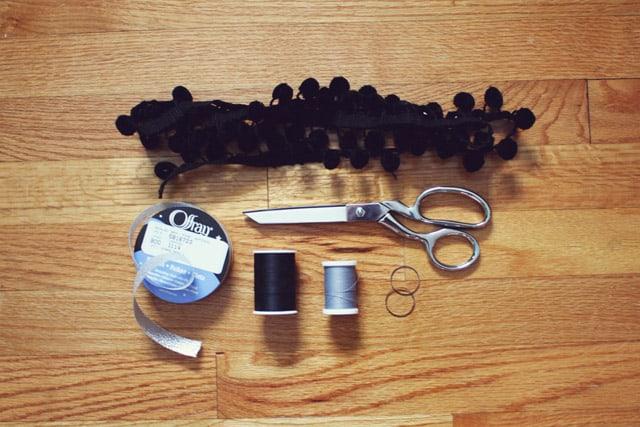pom necklace 01