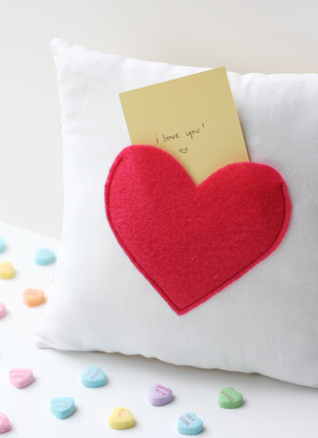 love notes pillow | secret pocket pillow tutorial | how to make a pillow | Valentine's Day ideas | handmade valentine gifts | diy valentine ideas || See Kate Sew #valentinesday #pillowtutorial #diyvalentine