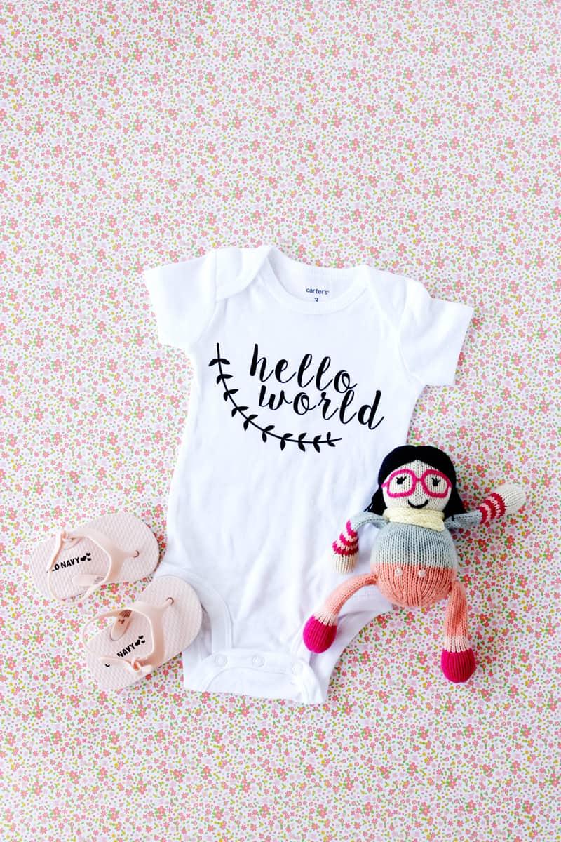 Hello World Oneside Tutorial with Silhouette Download | diy baby onesie | handmade baby onesie | diy baby clothing | silhouette onesie tutorial | diy baby gifts | diy baby onesie pattern || See Kate Sew #babyonesie #silhouettetips #diybaby