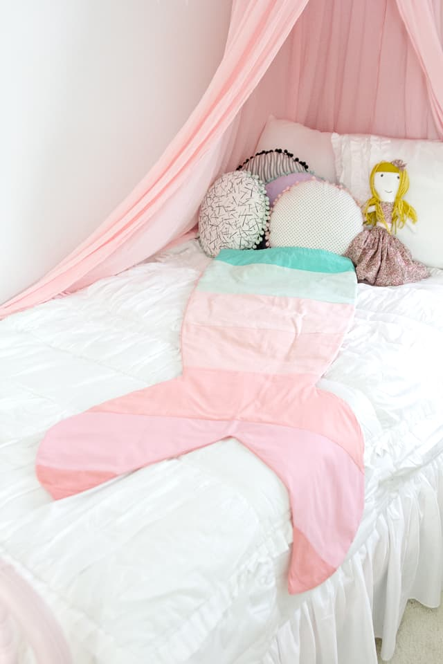 FREE Mermaid Tail Blanket Pattern | how to make a mermaid tail blanket | diy mermaid tail blanket | mermaid blanket tutorial | kids blanket diy || See Kate Sew #mermaidblanket #diyblanket #freesewingpattern