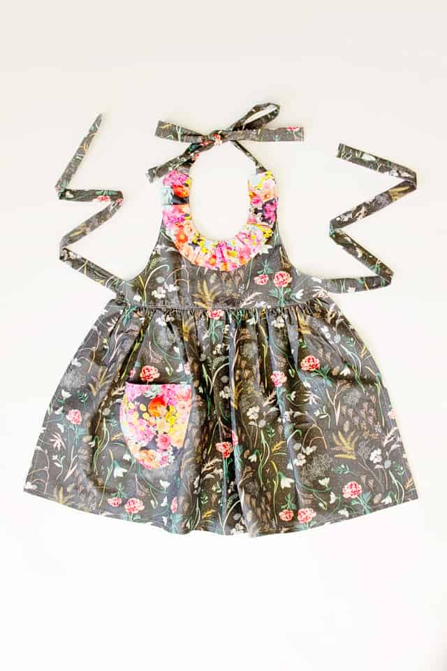 DIY ruffled apron pattern | DIY Floral Apron | free apron pattern | free sewing patters | how to sew an apron | handmade apron | free sewing tutorials | sewing for beginners | apron sewing tutorial || See Kate Sew #diyapron #freesewingpatterns #sewingtutorials