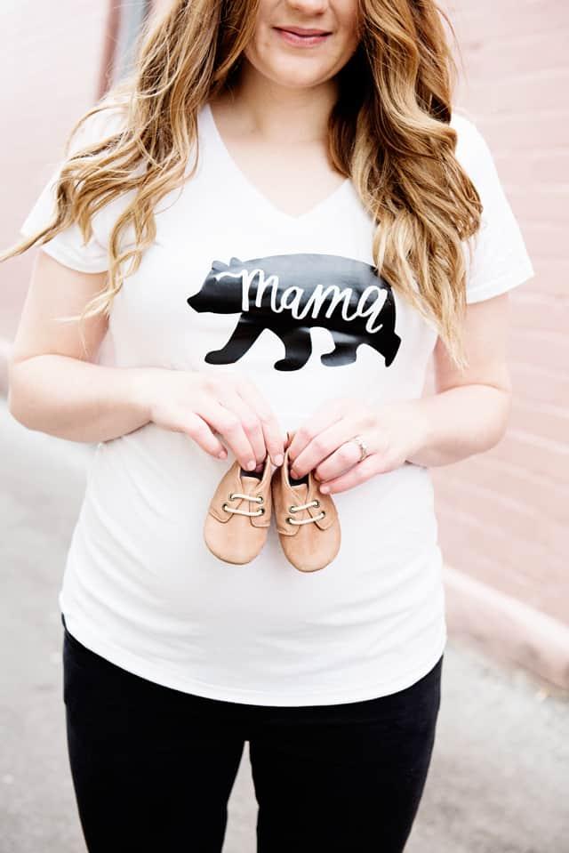 Mama Bear Tee - Free SVG File   DIY Pregnancy Annoucement Tees   pregnancy announcement t-shirts   pregnancy announcement ideas   diy pregnancy announcement    See Kate Sew #pregnancyannouncement #diytshirt