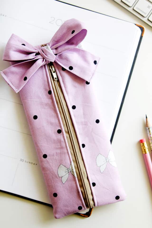 DIY PENCIL POUCH | DIY Pencil Pouch with Bow | DIY Back to School | DIY Back to School Project | Kiss Me, Kate Fabric | Easy Pencil Pouch | Easy Back to School Project || See Kate Sew #diypencilpouch #pencilpouchwithbow #diybacktoschool #kissmekate #pencilpouch
