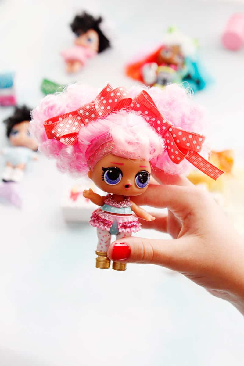 Are you guys still in on the LOL Surprise craze!? Here is a fun tutorial on how to make your own LOL doll hair bows to clip into their soft hair. So easy, you can even include the kids in making them! || See Kate Sew #loldolls #dollaccessories #dollbows #kidstoys #seekatesew