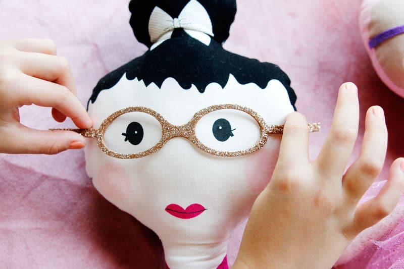 These glasses for the new TOP KNOT dolls are so cute and easy! With a FREE SVG file, you'll be on your way to accessorizing your doll in no time at all! || See Kate Sew #dollaccessories #dollglasses #freesvg #cricutcrafts #seekatesew
